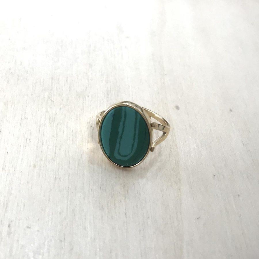 bague ovale pierre verte